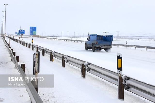 جاده هایی که این روزها تا کمر در برف فرو رفته اند