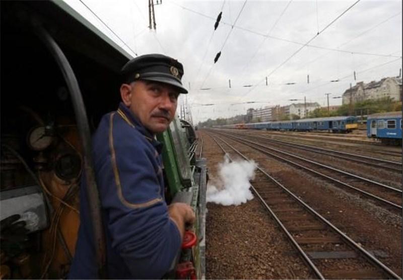 قطار توریستی گردشگران خارجی وارد شهر کرمان می گردد