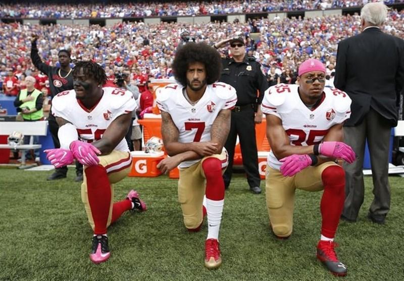 دهن کجی بازیکنان فوتبال آمریکایی به ترامپ با زانو زدن روی زمین