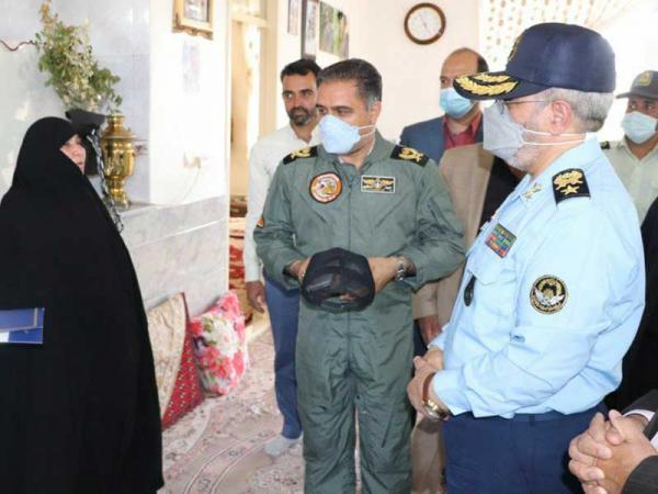 امیر سرتیپ نصیرزاده با خانواده شهید خلبان نامنی دیدار کرد